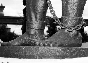 Source: Gustavo La Rotta Amaya / Flickr CC: Slavery in chains (Licence terms: https://creativecommons.org/licenses/by/2.0/)